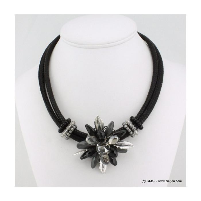 Collier fleur cordon synthétique, cristal, résine et perles de rocaille.