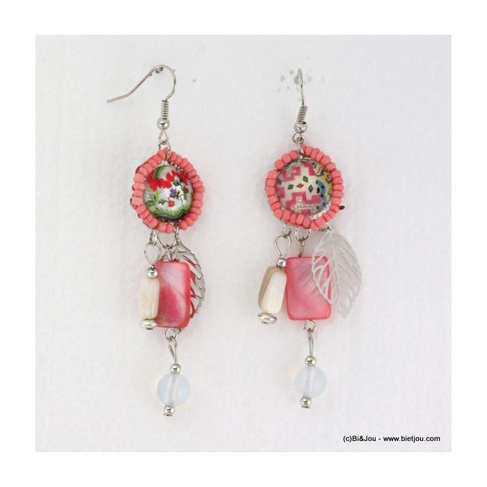 Boucles d'oreille avec nacre ronde et pampille en perles de rocaille et plume argentée