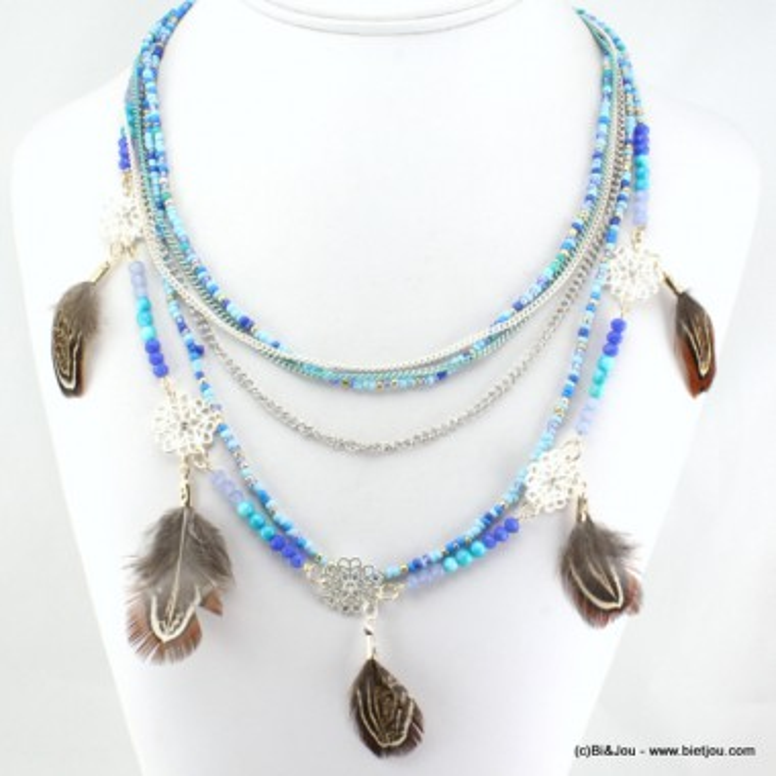Collier multirangs avec perles de rocaille et plumes